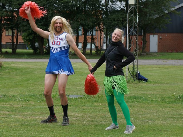 Anders og Karina går all in som cheerleaders.